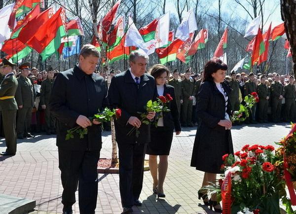 Возложение цветов к мемориалу памяти жертв Чернобыльской аварии